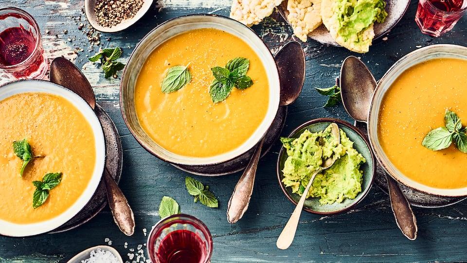 Probieren Sie unser Rezept für Süßkartoffel-Linsen-Suppe mit Maiswaffeln und Avocado aus. Frischer Ingwer und Kurkuma sorgen für eine würzig-indische Note.