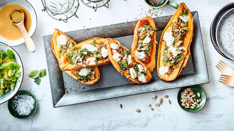 Unser Rezept für leckere Süßkartoffel mit Spinat, Ziegenkäse und Sonnenblumenkern-Füllung - herrlich aromatisch und würzig.