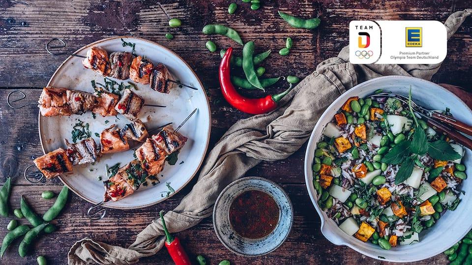 Ein kreativer Hauptgang mit allerlei spannenden Zutaten: Unser Rezept für einen Süßkartoffel-Reis-Salat mit lecker marinierten und gegrillten Lachs- und Thunfischspießen.