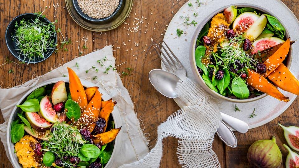 Probieren Sie unser Rezept für einen vegetarischen Süßkartoffel-Salat einmal aus: Als leckere Bowl mit Kichererbsen, frischen Feigen, Äpfeln und Spinat!