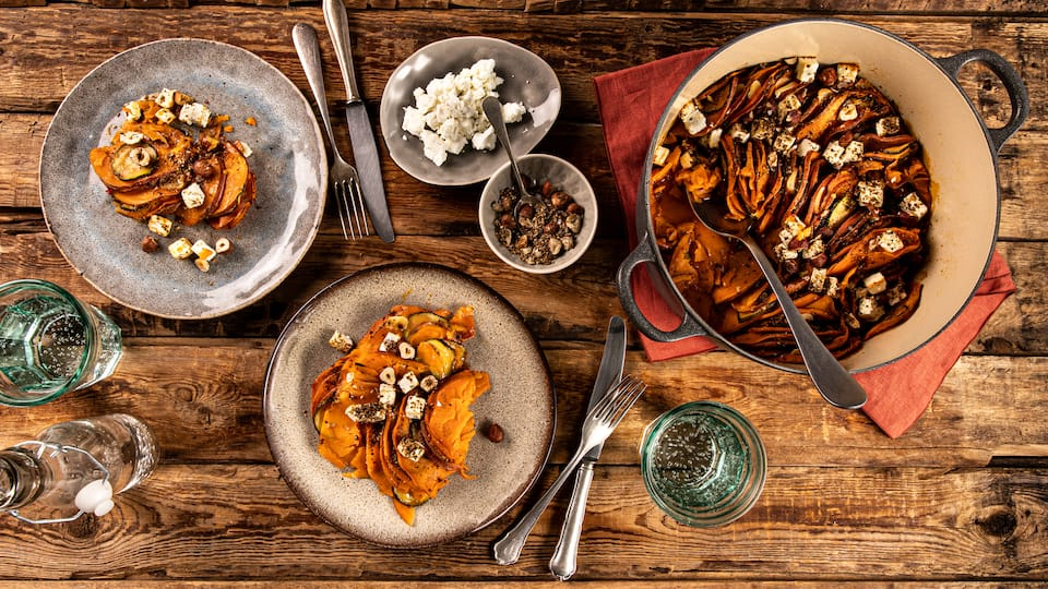 Wir finden die orientalische Note passt super zur Süße der Süßkartoffel: Unser Rezept für einen selbstgemachten Süßkartoffelauflauf mit Zucchini, Harissa und Dukkah.