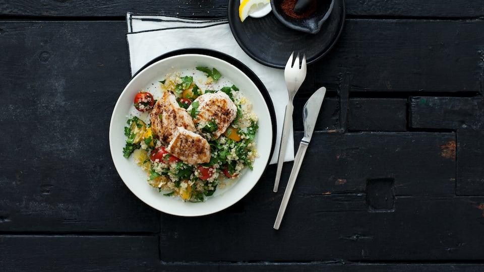"""Dieses Tischgewürz wird auch """"sizilianischer Zucker"""" genannt und ist in vielen orientalischen Ländern sehr beliebt: Probieren Sie unser Hähnchen in Sumach-Öl-Marinade mit Quinoa, Cocktailtomaten und Minze!"""
