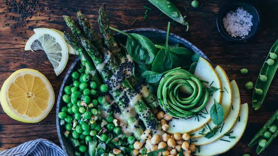 """Mehr Grün geht fast nicht: Knackiger """"Super-Green-Salad"""" mit einer vollen Ladung Superfoods."""