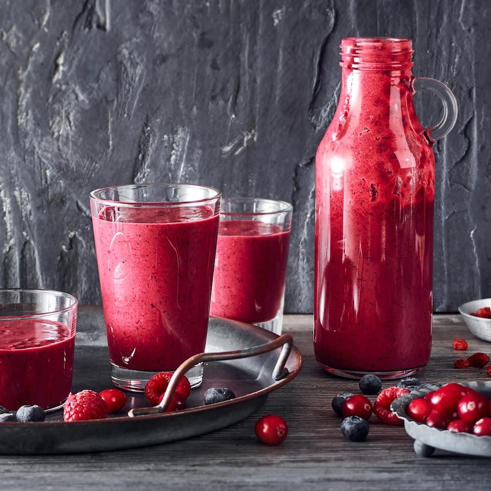 Unser Tipp für einen gehaltvollen Drink: Probieren Sie den Superfood Smoothie mit verschiedenen Beeren, Mandelmilch und Soja-Joghurt – erfrischend lecker!