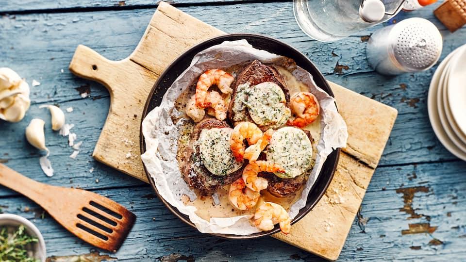 Meeresfrüchte und Steak sind eine köstliche Kombination: Kochen Sie unser Surf-and-Turf-Rezept nach und vereinen Sie mit Garnelen und Rinderfilet das Beste vom Land und aus dem Meer auf Ihrem Teller!