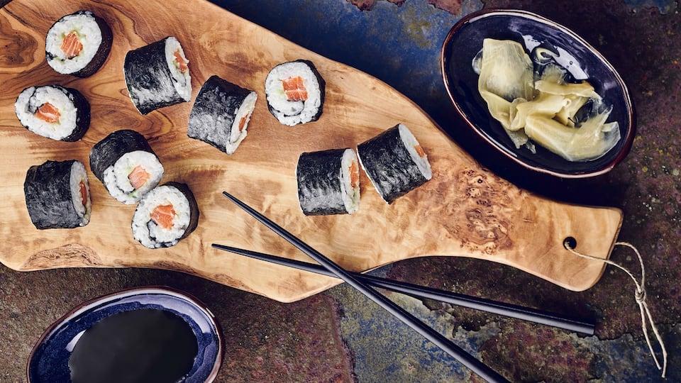 Sie möchten selbstgemachtes Sushi zuhause genießen? Entdecken Sie Sushi-Rezepte bei EDEKA und schlemmen Sie sich durch Maki, Nigiri, Sashimi & Co.