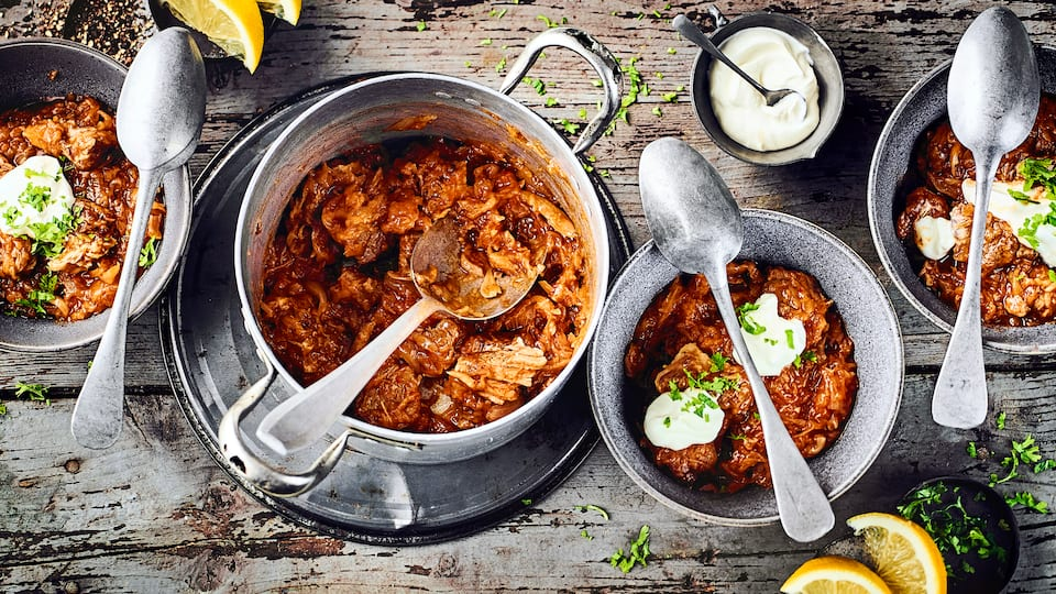 Langsam gegart und lange geschmort wird unser Szegediner Gulasch mit Schweinefleisch und Sauerkraut. Dazu passen Kartoffeln.
