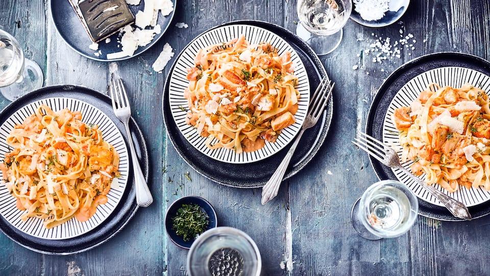 Köstlich wie beim Italiener: Tagliatelle al Salmone – Lachs in cremiger Weißwein-Sahne-Soße mit Tomaten verfeinert.