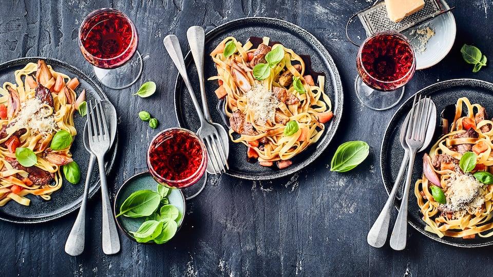 Appetit auf ein leckeres Pastagericht in Rotweinsoße? Dann probieren Sie doch mal unser Rezept für Tagliatelle al Vino Rosso aus: Mit Rinderfiletspitzen, frischen Tomaten und Kräutern – fertig in 30 Minuten!