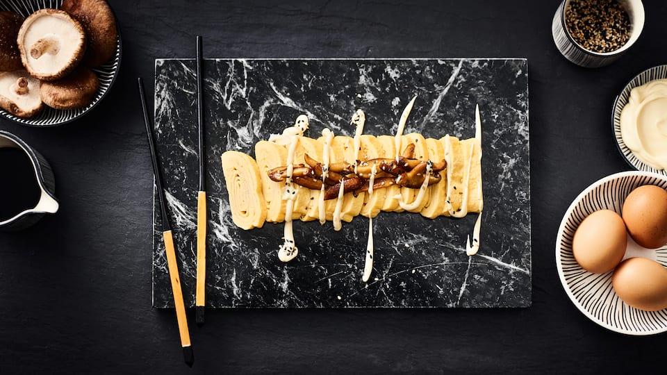Rührei einmal anders. Mit nur 5 Zutaten (+ Salz&Pfeffer) gelingt Ihnen diese japanische Rührei- bzw. Omelett-Variation und zwar als Rolle!
