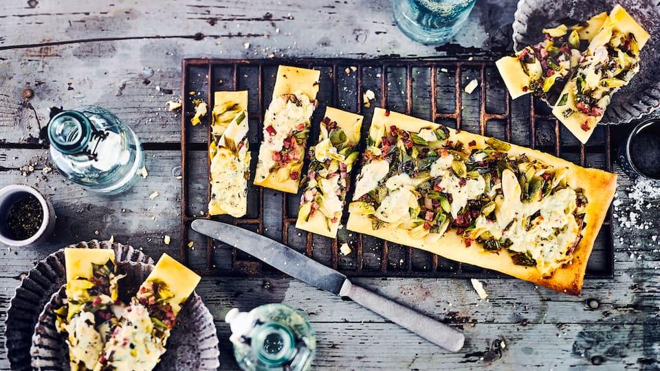Nur wenig Zutaten, eine schnelle Zubereitung und dennoch ist aus Blätterteig, Frühlingszwiebeln, Speck und Ziegenkäse eine leckere Tarte gemacht, die herrlich nach Sommer schmeckt.