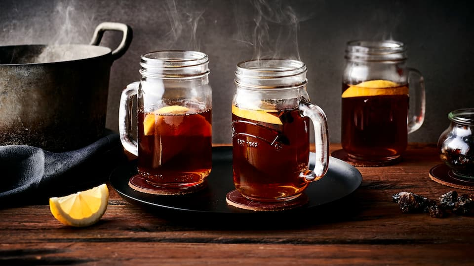 Ein wärmendes Getränk mit Schuss gefällig? Mischen Sie sich mit unserem Rezeptvorschlag einen köstlichen Grog mit Schwarztee, Zitrone, Zucker, Anis und braunem Rum!