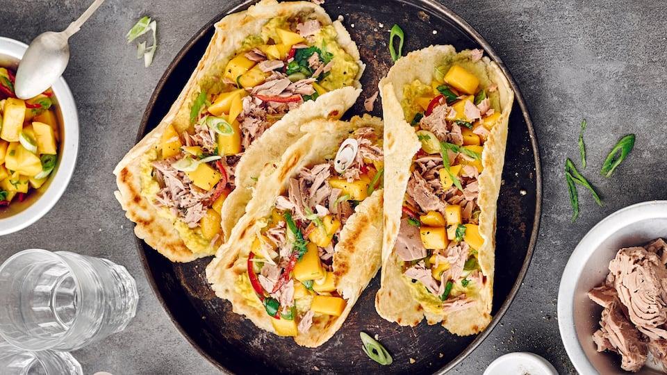 Köstlich! Unsere Thunfisch-Tacos mit Koriander, Mango-Salsa und Maiscreme - eine echte mexikanische Spezialität.