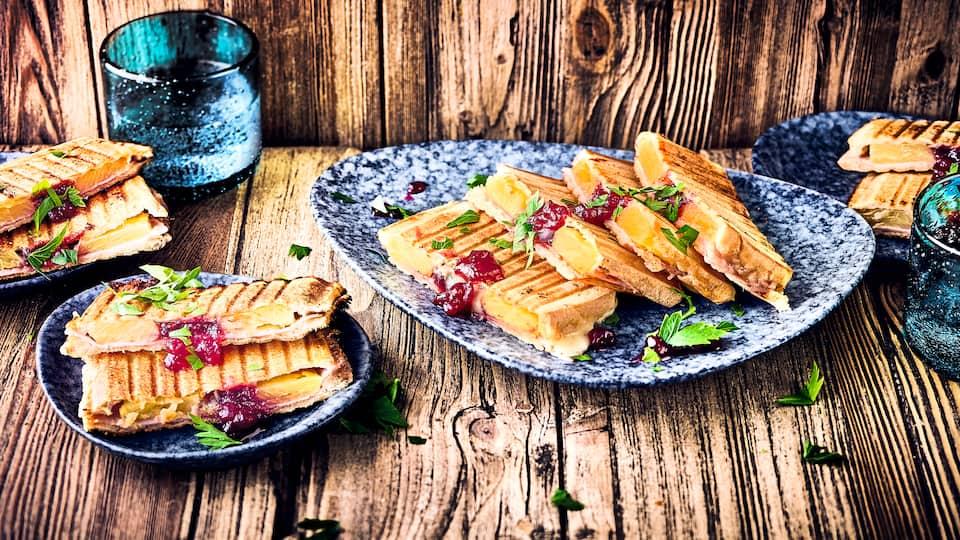 Ein Klassiker, der niemals langweilig wird. Direkt aus dem Sandwichmaker kommt unser Toast Hawaii mit Schinken, Ananas und geschmolzenem Käse!