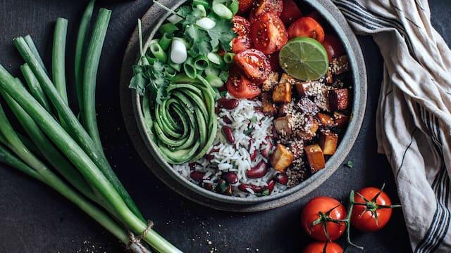 Tofu-Salat Bowl mit Bohnen