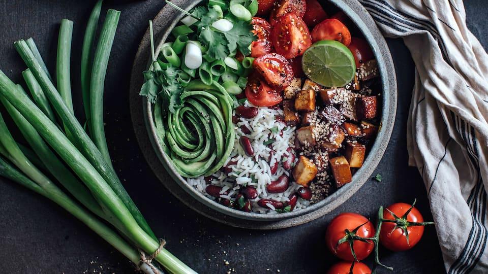 Ab in die Schüssel und genießen! Avocado, geräucherter Tofu, Bohnen, Tomaten und Reis ergeben diese Tofu-Salat Bowl!