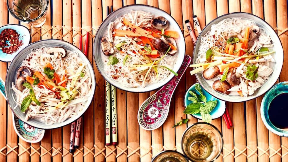 Die Tom-Kha-Gai-Suppe nach unserem Rezept ist in nur 30 Minuten zubereitet: Kochen Sie eine wohltuende Hühnersuppe mit Kokosmilch, Gemüse und Reisnudeln.