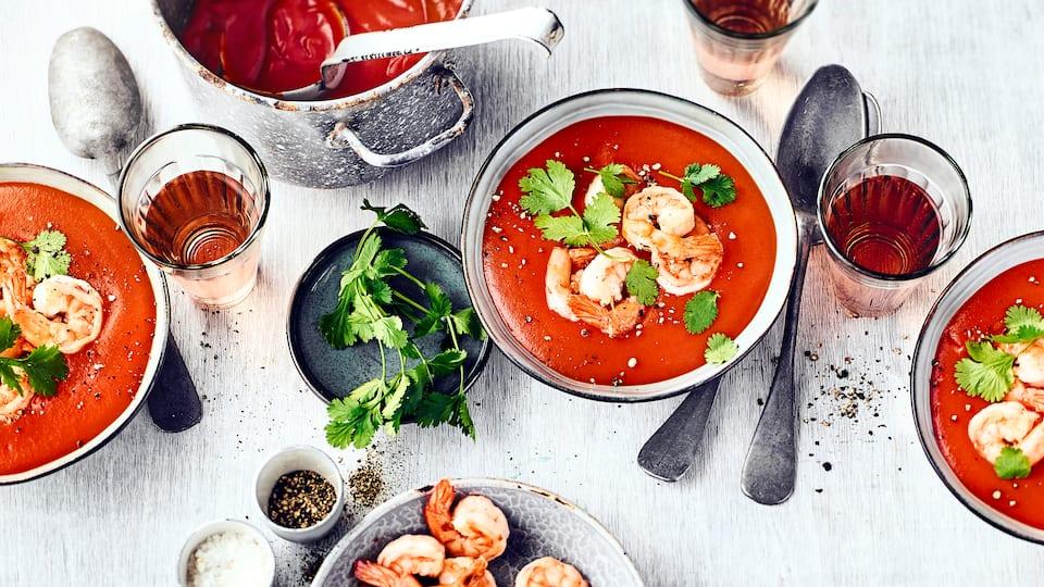 Tomaten-Kokos-SuppeBereiten Sie mit unserem Rezept eine Tomatensuppe mit Kokos zu und genießen Sie die feinen Aromen von saftigen Tomaten, Ingwer und gebratenen Garnelen.
