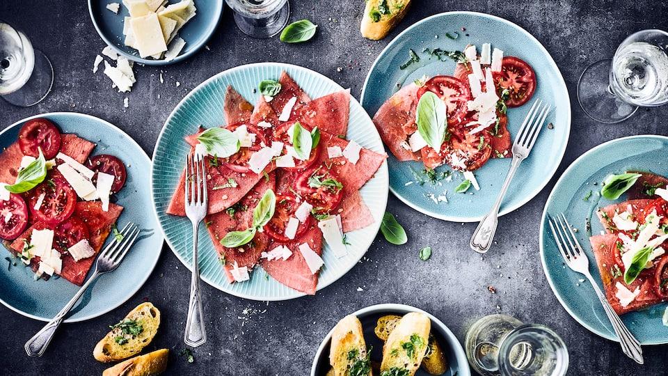Holen Sie sich die Aromen Italiens in Ihre Küche und das ganz ohne Fleisch! Unser Tomaten-Melonen-Carpaccio ist der perfekte Snack für Ihre Party.