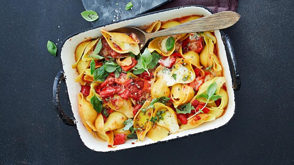 Mediterrane Tomaten-Muschelnudeln mit Paprikasauce: In dieses leckere Nudelgericht passt natürlich auch Aubergine. Einfach die Hälfte der Paprika durch Auberginenwürfel ersetzen mit anbraten.