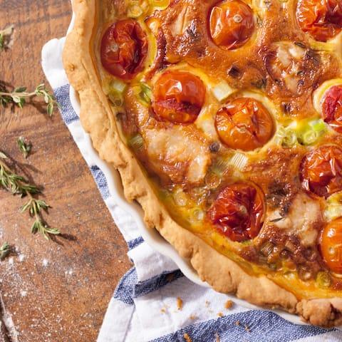 Genießen Sie mit unserer vegetarischen Tomaten-Quiche eine Spezialität der französischen Mittelmeerküche. Die würzige Füllung aus Tomaten, Ziegenkäse und Thymian wird mit Sahne zubereitet und im Anschluss im Mürbeteig gebacken – so lecker.