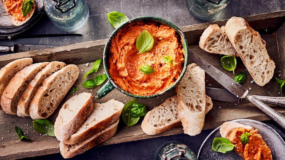 Selbstgemachte Tomatenbutter eignet sich hervorragend zu Fleisch und Brot oder zum Verfeinern von Pasta und sollte innerhalb von einer Woche verbraucht werden.