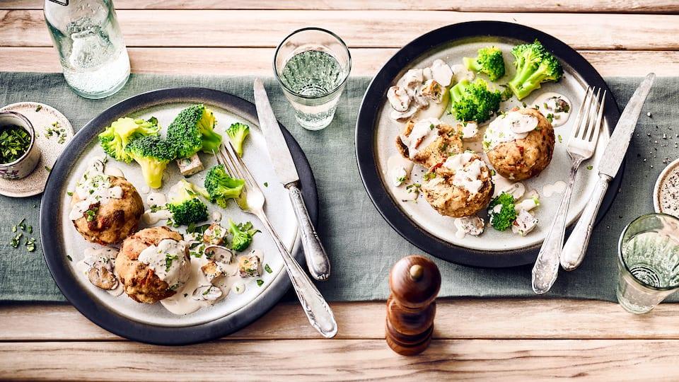 Deftiges Gericht für Veganer: Probieren Sie unsere Knödel aus Dinkelbrötchen und getrockneten Tomaten an Tofu-Champignon-Ragout mit Brokkoli-Gemüse!
