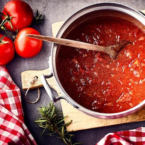 Ob für Pizza oder Pasta – Unser Grundrezept für Tomatensoße geht ganz schnell und schmeckt frisch und aromatisch!