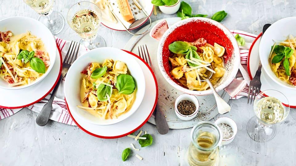 Tortellini alla Panna - ein Klassiker als schneller Mittagstisch oder ein fixes Abendessen aus frischen Tortellini und leckerer Käse-Schinken-Sahne-Soße.