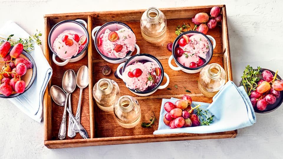 Zartschmelzendes Eis aus Trauben und Quark, harmonisch abgerundet mit Thymian. Eine interessante geschmacksintenstive Kombination, die Sie einmal ausprobieren sollten!