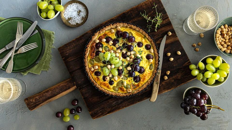 Herzhaft und süß zugleich. Genießen Sie unser Rezept für eine selbstgemachte Trauben-Tarte mit Ricotta, Thymian und Honig.