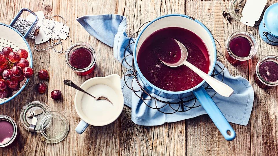 Selbstgemachtes Traubengelee aus roten Weintrauben ist kühl gelagert und verschlossen bis zu 1 Jahr haltbar.