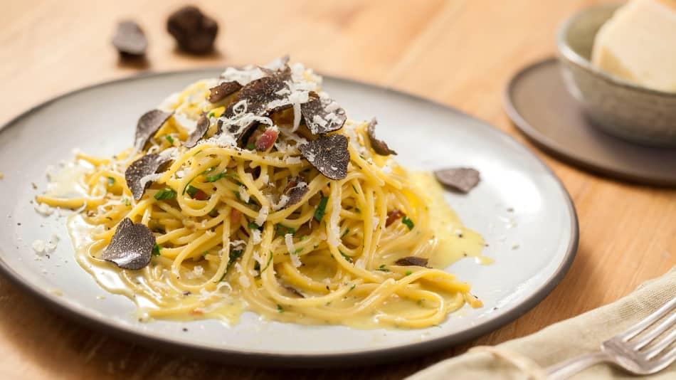 Bereiten Sie mit unserem Trüffel-Pasta-Rezept hausgemachte Nudeln mit aromatischem Wildpilz zu und genießen Sie den nussigen Geschmack des edlen Gerichts.
