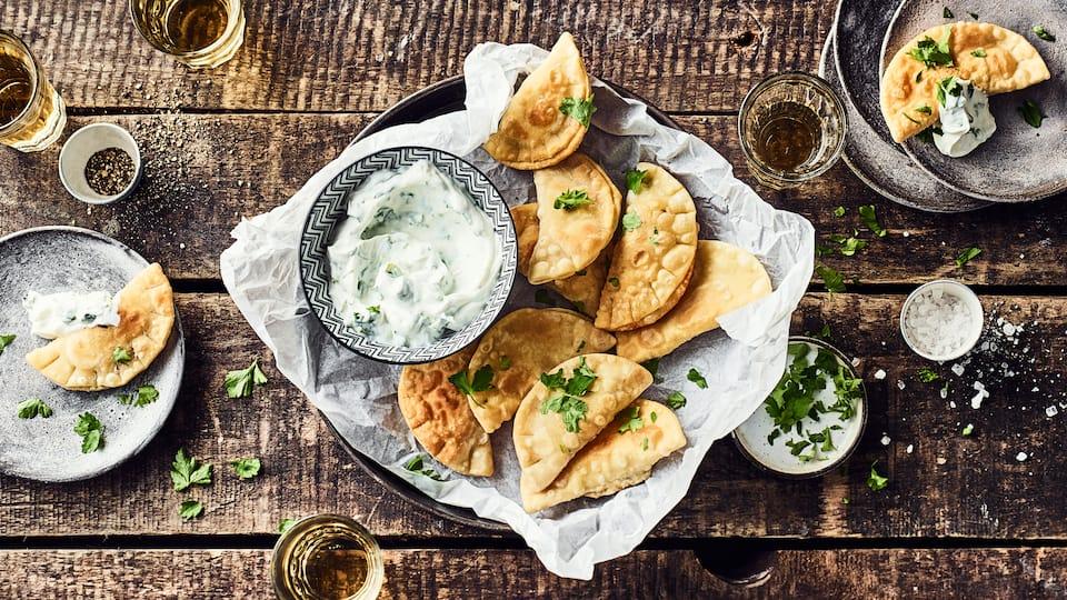 Backen Sie frische Tschebureki und probieren Sie die gefüllten Teigtaschen russischer Art. Ob zum Mittag- oder Abendessen – mit unserem Rezept gelingen sie.