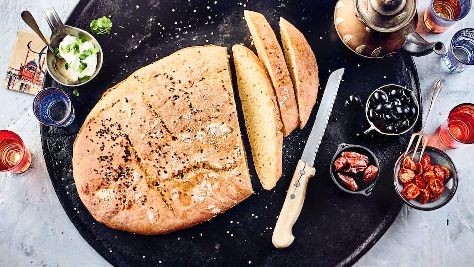 Lecker fluffig und vielseitig verwendbar – Selbstgemachtes türkisches Fladenbrot mit hellem und schwarzem Sesam.
