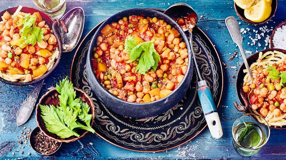 Ein Hauch von Orient: Probieren Sie unsere tunesische Erbsensuppe mit Sellerie, Paprika, Kichererbsen und Bohnenkernen - vegetarisch und lecker!