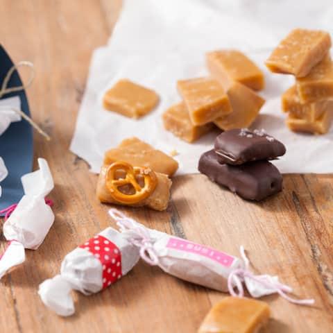 Weiche Karamell-Bonbons mit verschiedenen Toppings - ob zum Naschen oder zum Verschenken, die kleinen Teile sind ruckzuck weg!
