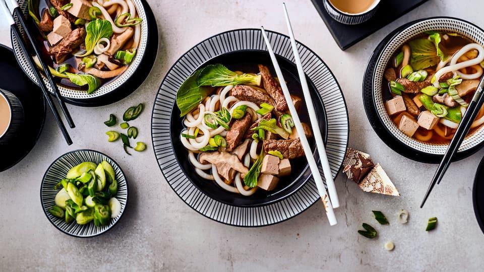 Udon Suppe ist eine würzige japanische Nudelsuppe mit Rindfleisch und viel frischem Gemüse! Einfach einmal ausprobieren!