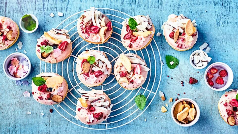 Vegane Donuts einfach selbermachen: Liebevoll verziert schmecken Sie dazu besonders gut – einfach ausprobieren.