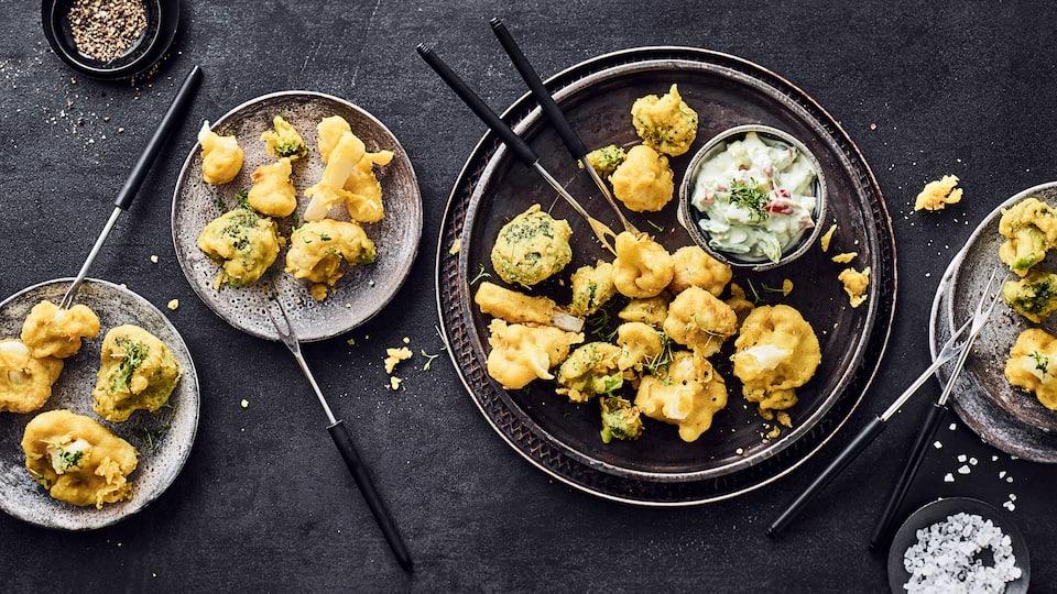 Einfacher Snack für mittags, zum Picknick oder als Beitrag zum Buffett: Verschiedene Gemüsesorten ausgebacken mit einem veganem Avocado-Dip.