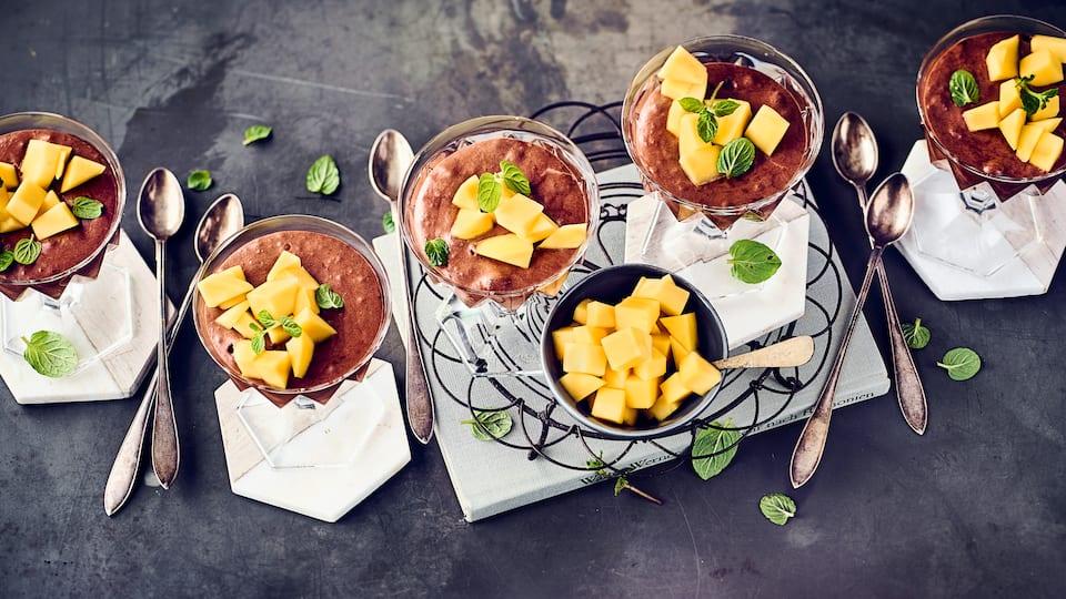 Wer Mousse Au Chocolat liebt, aber auf Milch & Sahne verzichten möchte, sollte unbedingt einmal unser Rezept für selbstgemachte vegane Mousse au Chocolat ausprobieren: Einfach köstlich!