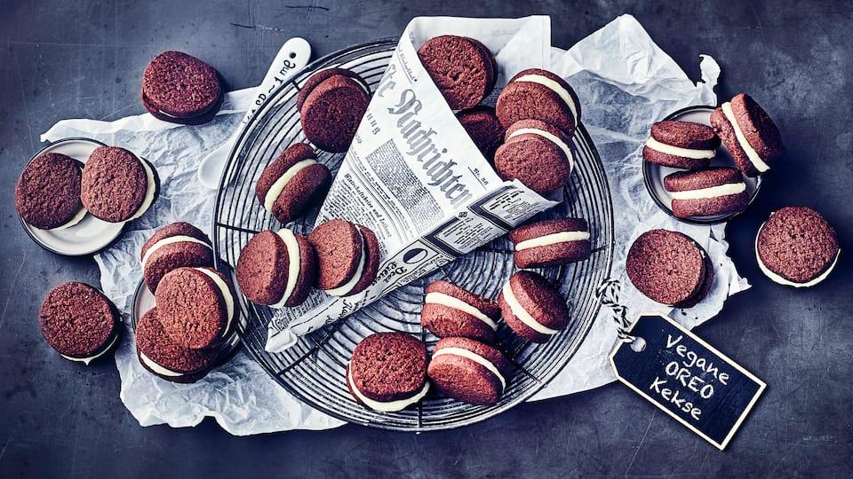 Oreo-Kekse selbermachen und das am liebsten vegan! Versuchen Sie doch mal unsere veganen Oreo-Kekse - ob zum Selberessen oder zum Verschenken – einfach ausprobieren!