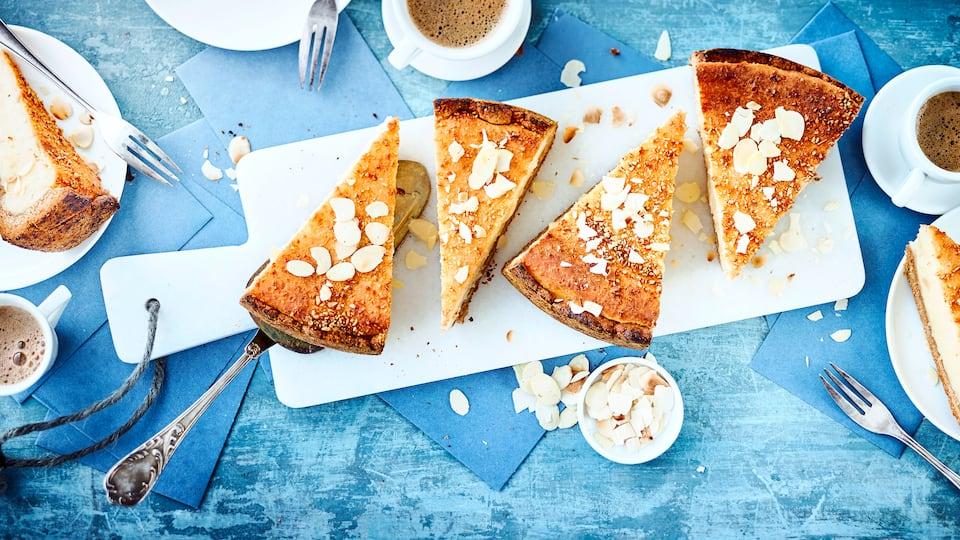 Unser veganer Käsekuchen wird mit Zutaten auf rein pflanzlicher Basis wunderbar cremig und lecker. Entdecken Sie unser Rezept für den beliebten Kuchen!