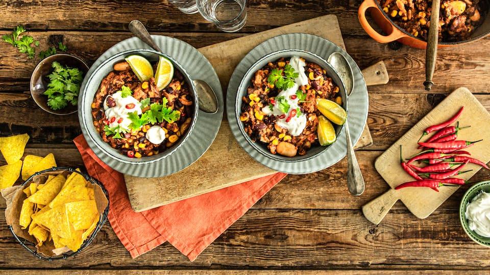 Wer ein gutes Chili liebt aber auf tierische Produkte verzichten möchte, ist hier genau richtig: Unser veganes Chili mit Sojahack.