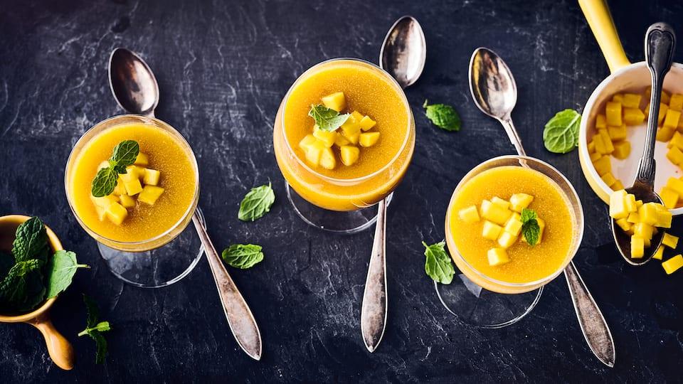 Ein veganes sommerliche Dessert,  Mousse aus Mango und Kokosmilch. Das herrlich fruchtige Mousse mit Kokosmilch schmeckt leicht gekühlt am besten.
