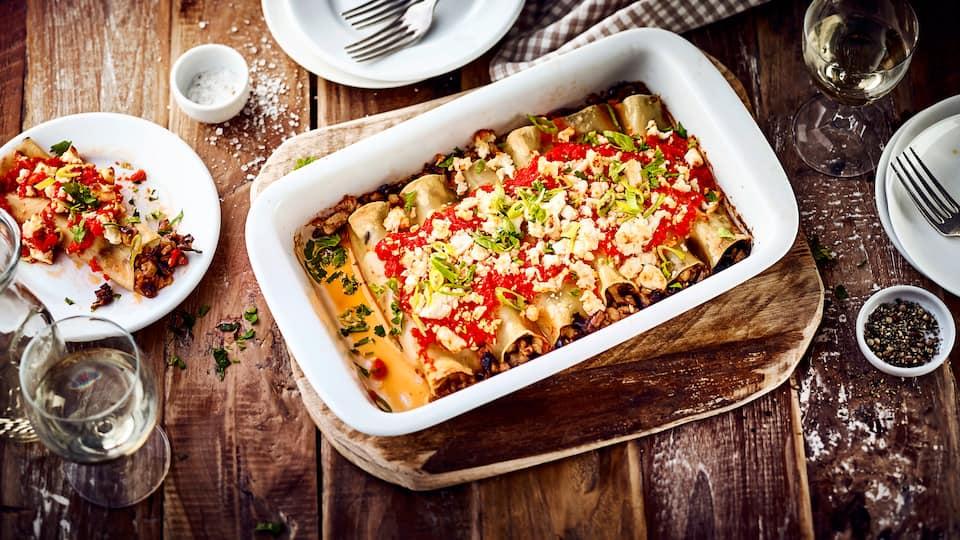 Probieren Sie unsere vegetarische Variante des italienischen Nudelklassikers: Canelloni mit Aubergine, Champignons und pikanter Paprika-Feta-Soße!