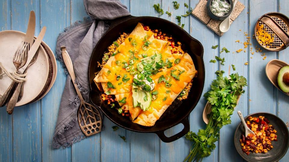 Vorhang auf für unsere vegetarischen Enchiladas: Natürlich mit viel Gemüse, überbackenem Käse und als Highlight selbstgemachter Koriander-Schmand!