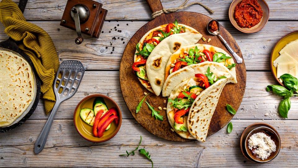 Dünnes Fladenbrot, in der Pfanne ausgebacken, dazu köstliches selbstgemachtes Tomatenpesto und gegrilltes Gemüse: Unser Rezept für vegetarische Piadina schmeckt nicht nur Vegetariern!