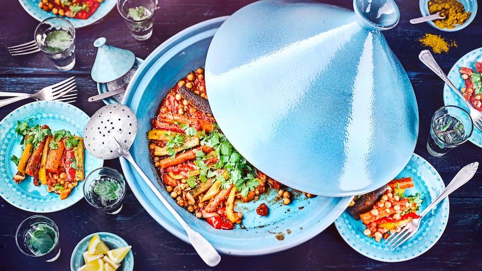 Gerichte aus der Tajine erinnern an Afrika und Gewürze. Wir haben hier eine vegetarische Tajine für Sie, die sonst alternativ auch in einem Römertopf zubereitet werden kann.