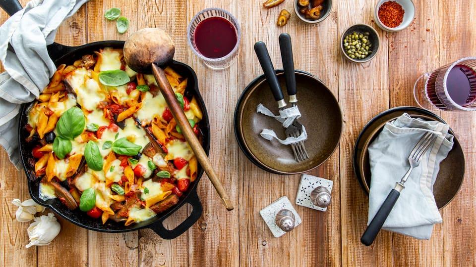 Perfekt für den großen Hunger: Mit unserem Rezept für vegetarischen Nudelauflauf kochen Sie ganz einfach ein deftiges Wohlfühl-Gericht für die ganze Familie.